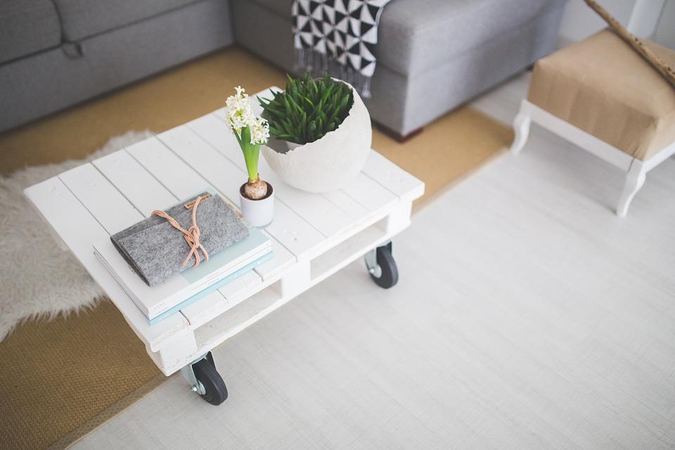 Quelle est la meilleure technique pour transformer des palettes en table basse ?